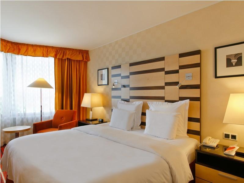 Комфортный люкс с большой двухместной кроватью в гостинице Азимут Олимпик